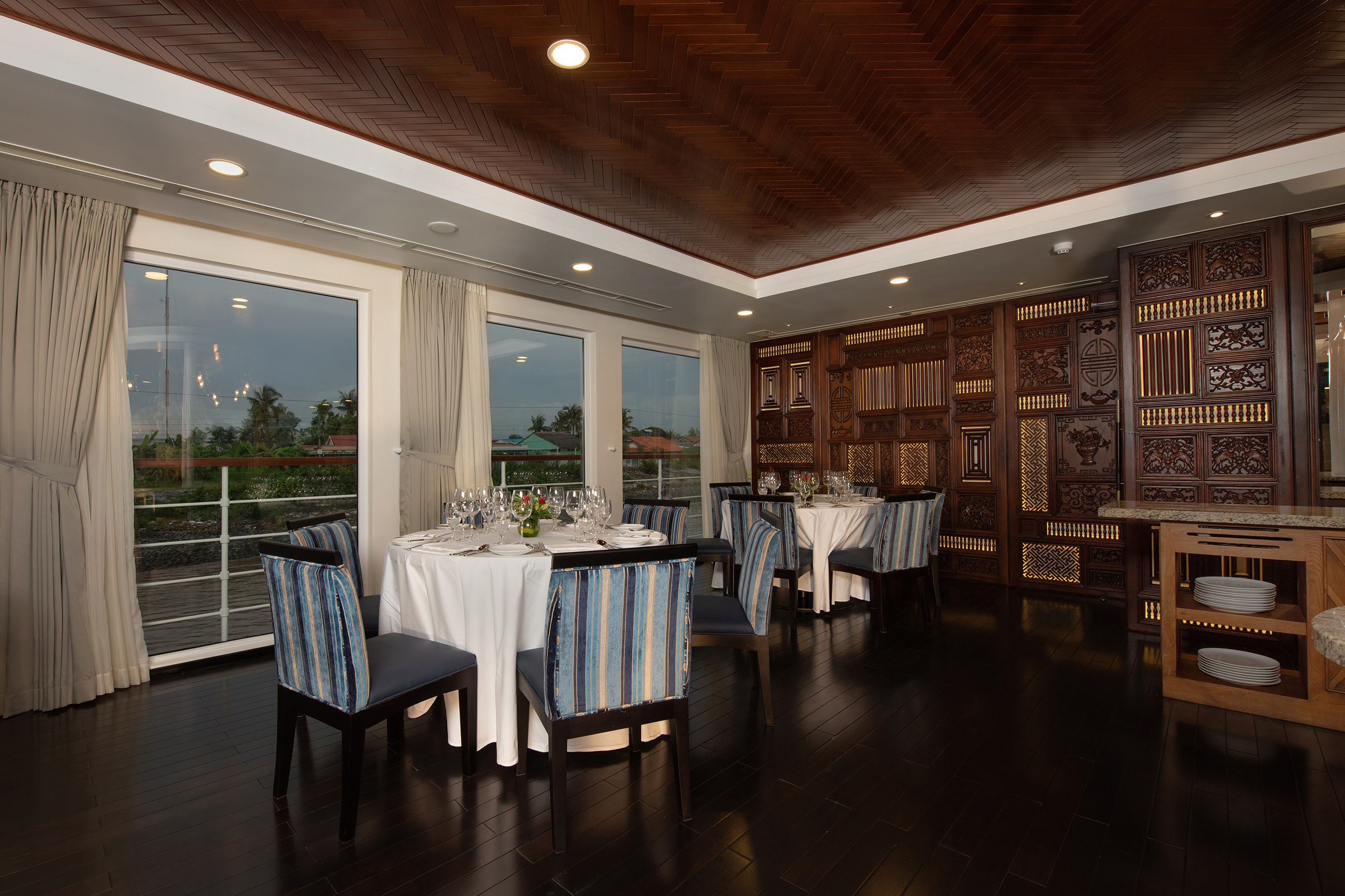 SAIGON_dining_room_2.jpg